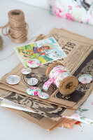 Bildno.: 11508753<br/><b>Feature: 11508741 - Catching the Eye</b><br/>DIY project using vintage French paper products<br />living4media / Syl Loves