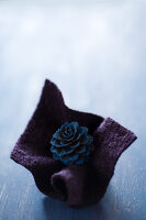 Bildnr.: 11515573<br/><b>Feature: 11515567 - K&#246;nigsblau und Bordeauxrot</b><br/>Winterliche Deko mit kr&#228;ftigen dunklen Farben und Filz<br />living4media / Koll, Alicja