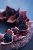 Bildnr.: 11515577<br/><b>Feature: 11515567 - K&#246;nigsblau und Bordeauxrot</b><br/>Winterliche Deko mit kr&#228;ftigen dunklen Farben und Filz<br />living4media / Koll, Alicja
