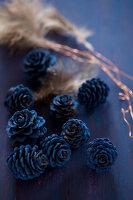 Bildnr.: 11515587<br/><b>Feature: 11515567 - K&#246;nigsblau und Bordeauxrot</b><br/>Winterliche Deko mit kr&#228;ftigen dunklen Farben und Filz<br />living4media / Koll, Alicja
