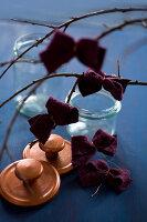 Bildnr.: 11515591<br/><b>Feature: 11515567 - K&#246;nigsblau und Bordeauxrot</b><br/>Winterliche Deko mit kr&#228;ftigen dunklen Farben und Filz<br />living4media / Koll, Alicja