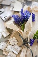 Bildnr.: 11948029<br/><b>Feature: 11948017 - Vintage-Fr&#252;hling</b><br/>Stillleben aus Heute &amp; Gestern, Blumen, Fotos und Kuchen<br />living4media / Koll, Alicja