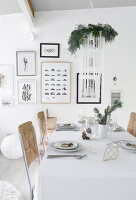 Bildno.: 11950759<br/><b>Feature: 11950758 - Minimalist Christmas Decorations</b><br/>Natural touches add a distinctive note to a dinner table<br />living4media / Dimmich, Agata