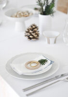 Bildno.: 11950763<br/><b>Feature: 11950758 - Minimalist Christmas Decorations</b><br/>Natural touches add a distinctive note to a dinner table<br />living4media / Dimmich, Agata