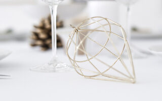 Bildno.: 11950765<br/><b>Feature: 11950758 - Minimalist Christmas Decorations</b><br/>Natural touches add a distinctive note to a dinner table<br />living4media / Dimmich, Agata