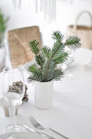 Bildno.: 11950767<br/><b>Feature: 11950758 - Minimalist Christmas Decorations</b><br/>Natural touches add a distinctive note to a dinner table<br />living4media / Dimmich, Agata