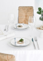 Bildno.: 11950775<br/><b>Feature: 11950758 - Minimalist Christmas Decorations</b><br/>Natural touches add a distinctive note to a dinner table<br />living4media / Dimmich, Agata