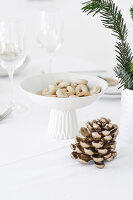 Bildno.: 11950777<br/><b>Feature: 11950758 - Minimalist Christmas Decorations</b><br/>Natural touches add a distinctive note to a dinner table<br />living4media / Dimmich, Agata