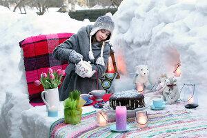 Bildnr.: 11952525<br/><b>Feature: 11952521 - Teekr&#228;nzchen im Schnee</b><br/>Dick eingepackt mit vielen Kerzen und hei&#223;em Punsch wird die Outdoor Teestunde zum Genuss<br />living4media / K&#252;barsepp, Juta