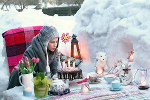 Bildnr.: 11952527<br/><b>Feature: 11952521 - Teekr&#228;nzchen im Schnee</b><br/>Dick eingepackt mit vielen Kerzen und hei&#223;em Punsch wird die Outdoor Teestunde zum Genuss<br />living4media / K&#252;barsepp, Juta