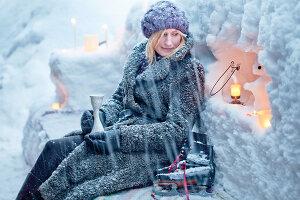Bildnr.: 11953241<br/><b>Feature: 11952521 - Teekr&#228;nzchen im Schnee</b><br/>Dick eingepackt mit vielen Kerzen und hei&#223;em Punsch wird die Outdoor Teestunde zum Genuss<br />living4media / K&#252;barsepp, Juta