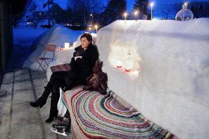Bildnr.: 11953247<br/><b>Feature: 11952521 - Teekr&#228;nzchen im Schnee</b><br/>Dick eingepackt mit vielen Kerzen und hei&#223;em Punsch wird die Outdoor Teestunde zum Genuss<br />living4media / K&#252;barsepp, Juta