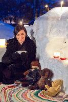 Bildnr.: 11953249<br/><b>Feature: 11952521 - Teekr&#228;nzchen im Schnee</b><br/>Dick eingepackt mit vielen Kerzen und hei&#223;em Punsch wird die Outdoor Teestunde zum Genuss<br />living4media / K&#252;barsepp, Juta