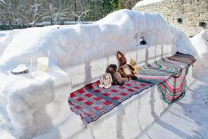 Bildnr.: 11953251<br/><b>Feature: 11952521 - Teekr&#228;nzchen im Schnee</b><br/>Dick eingepackt mit vielen Kerzen und hei&#223;em Punsch wird die Outdoor Teestunde zum Genuss<br />living4media / K&#252;barsepp, Juta