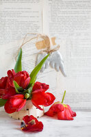 Bildno.: 11954713<br/><b>Feature: 11954692 - Tiptoe Through the Tulips</b><br/>Decorating ideas with tulips and newsprint<br />living4media / Koll, Alicja