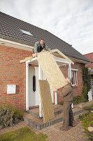 Bildnr.: 11965001<br/><b>Feature: 11964967 - Neuer Vorbau</b><br/>Ein Vordach gibt Schutz und eine heimelige Optik. So wird&#39;s gebaut.<br />living4media / Selbermachen Media / Bordes, Christian