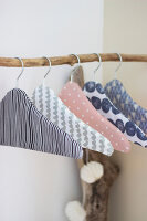 Bildno.: 11978345<br/><b>Feature: 11978339 - Decorated Hangers</b><br/>DIY instructions for pepping up boring clothes hangers<br />living4media / Algermissen, Astrid
