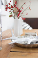 Bildno.: 11979183<br/><b>Feature: 11979179 - New Autumn Colours</b><br/>A new look for autumn decoration: a table in white<br />living4media / Algermissen, Astrid