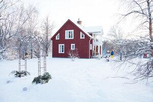 Bildno.: 11990589<br/><b>Feature: 11990571 - Christmas up North</b><br/>Nostalgic house in Kvarnsvedjan, a small village outside Ume&#229;, North Sweden<br />living4media / Isaksson, Camilla