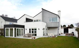Bildno.: 12082875<br/><b>Feature: 12082842 - Re-inventing Style</b><br/>Newly built house overlooking Aarhus Bay, Denmark<br />living4media / Lene-K