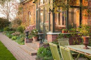 Bildno.: 12084109<br/><b>Feature: 12084103 - Shrubbery Deluxe</b><br/>Blooming garden in L&#246;hne, Germany<br />living4media / Pietrek, Sibylle