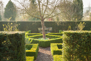 Bildno.: 12084115<br/><b>Feature: 12084103 - Shrubbery Deluxe</b><br/>Blooming garden in L&#246;hne, Germany<br />living4media / Pietrek, Sibylle