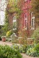 Bildno.: 12084149<br/><b>Feature: 12084103 - Shrubbery Deluxe</b><br/>Blooming garden in L&#246;hne, Germany<br />living4media / Pietrek, Sibylle