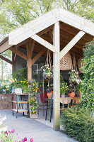 Immagine N°: 12100927<br/><b>Feature: 12100906 - A Place for Spring</b><br/>Covered area can provide a special place in the garden<br />living4media / Herwig, Modeste