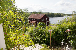 Bildno.: 12235775<br/><b>Feature: 12235722 - Idyll By The Lake</b><br/>Perfect vacations in a cosy summer home and a big old mill in Sweden<br />living4media / Isaksson, Camilla