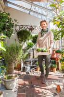 Bildno.: 12236439<br/><b>Feature: 12236411 - Under the Lemon Tree</b><br/>Gardening in a conservatory makes everything possible<br />living4media / Piru-Pictures