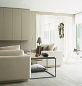 offener kamin mit gro z giger kaminverkleidung und. Black Bedroom Furniture Sets. Home Design Ideas