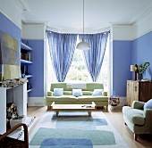 lindgr nes sofa vor dem erkerfenster mit blauen gardinen living4media. Black Bedroom Furniture Sets. Home Design Ideas