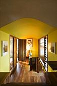 Flur mit Holzboden und gelben Wänden