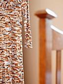 Aufgehängtes Kleid mit abstraktem Muster