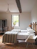 Einzelbetten in ländlichem Schlafzimmer