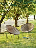 Nachmittagspause auf Korbstühlen mit Erfrischungsgetränk im Garten