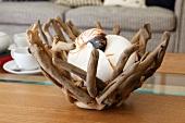 Schale aus altem Wurzelholz als künstlerische Naturdekoration im Wohnambiente