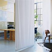 weisse schiebe vorh nge als raumteiler in loftartigem raum mit gro em indurstriefenster bild. Black Bedroom Furniture Sets. Home Design Ideas
