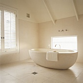 eine frei stehende runde badewanne aus naturstein im renouvierten dachstuhl living4media. Black Bedroom Furniture Sets. Home Design Ideas