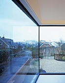 glasfront bereck mit blick auf garten und nachbarhaus bild kaufen living4media. Black Bedroom Furniture Sets. Home Design Ideas