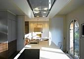 moderner k chenblock vor offenen schiebet ren mit blick auf esstisch bild kaufen living4media. Black Bedroom Furniture Sets. Home Design Ideas