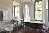 freistehende vintage badewanne mit duschvorhang vor fenster daneben waschbecken auf. Black Bedroom Furniture Sets. Home Design Ideas