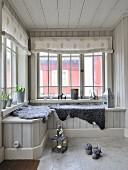 graue tierfelle auf eingebauter bank in holzverkleidetem wintergarten stoffrollos an. Black Bedroom Furniture Sets. Home Design Ideas