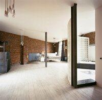 geflieste wand in schneckenform als wc abtrennung in offenem loft bad bild kaufen living4media. Black Bedroom Furniture Sets. Home Design Ideas