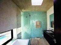das moderne badezimmer mit rohbeton an wand und decke fluchtet in ... - Moderne Badezimmer Trkis