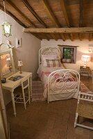 antik weisses bett mit husse unter holzbalkendecke eines. Black Bedroom Furniture Sets. Home Design Ideas