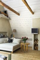 stuhl und treppe unter dachschr ge mit weisser holzverkleidung und holzbalken bild kaufen. Black Bedroom Furniture Sets. Home Design Ideas