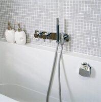 Badewanne mit hellgrauen Mosaikfliesen und Designer-Wandarmatur ... | {Wandarmaturen badewanne 3}