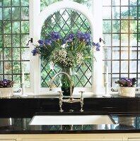 weisses doppelsp lbecken mit modernem wasserhahn in schwarzer granitarbeitsplatte vor. Black Bedroom Furniture Sets. Home Design Ideas