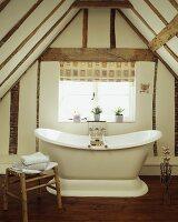 Freistehende badewanne unter dachschräge  Antike freistehende Badewanne unter Dachschräge im alten Haus ...